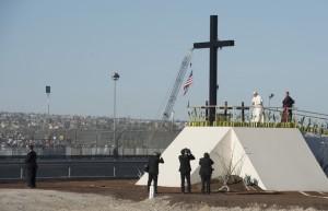 17-fevrier-2016-francois-priant-devant-croix-erigee-frontiere-entre-mexique-etats-unis-amerique-ciudad-juarez-mexique_0_730_470