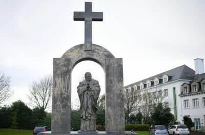 La croix de Jean Paul II,insulte aux musulmans et à l'Étatlaïc?