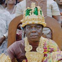 Un roi d'Afrique qui vit en Allemagne et règne sur son peuple par téléphone et Skype!