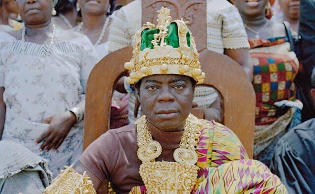 Un roi d'Afrique qui vit en Allemagne et règne sur son peuple par téléphone etSkype!