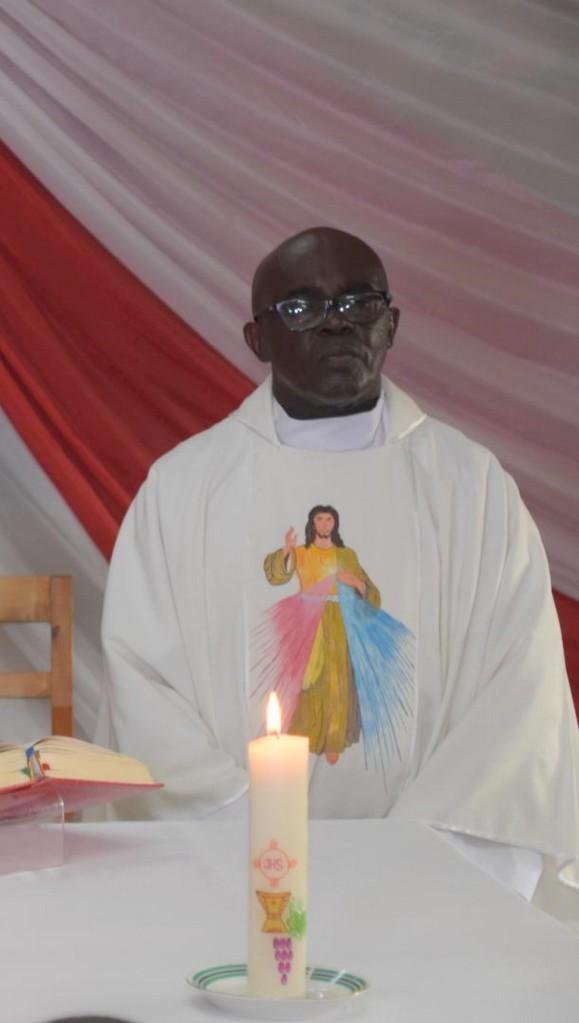 Fr Ubald pendant la messe