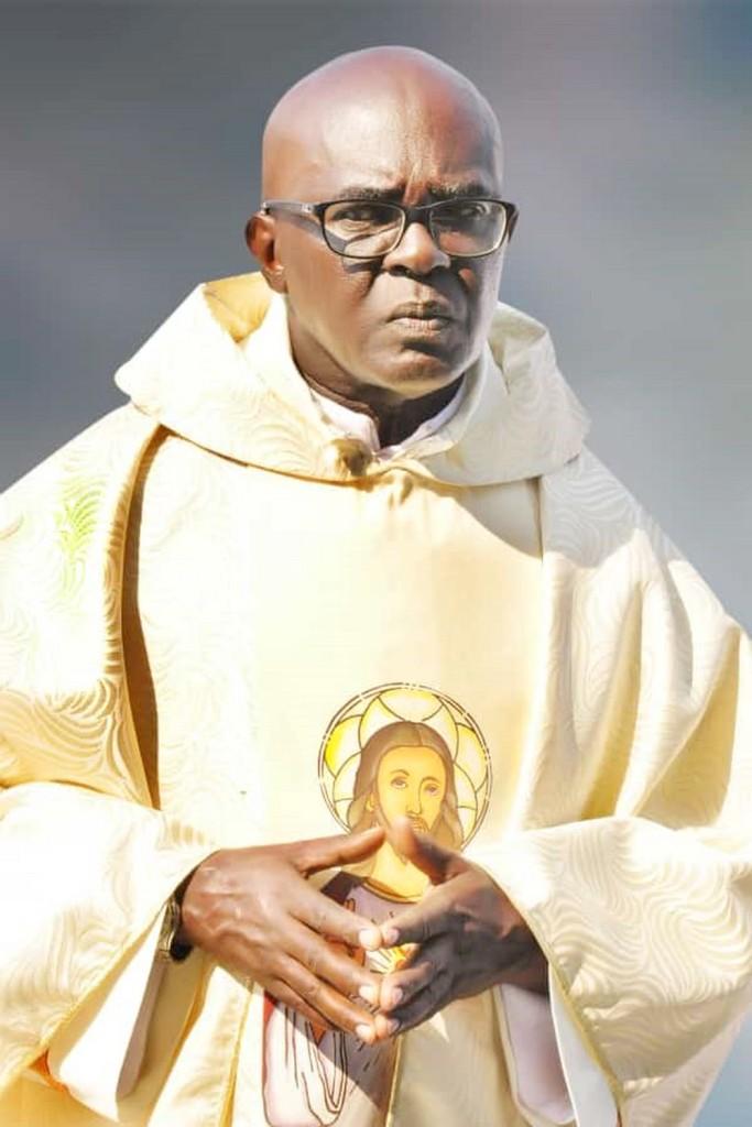 Fr Ubald RUGIRANGOGA se préparant à la messe